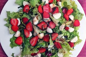 Strawberry Salad with Mozzarella and Balsamic Vinaigrette